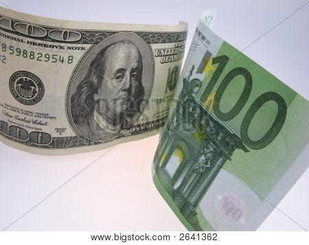 Dólar e notas de Euro em fundo claro