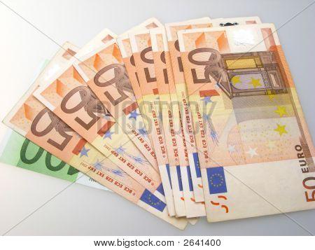 Notas de euro em fundo claro
