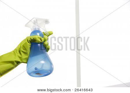 Ventana de rociadura limpiador sobre el vidrio con un atomizador y guantes