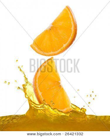 rodajas de naranja caen en jugo