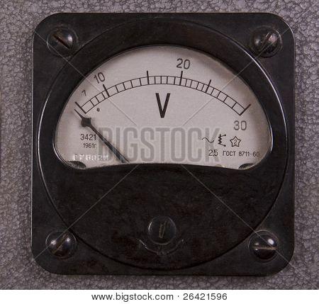 voltímetro eléctrico antiguo