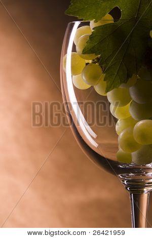 Trauben auf Glas Wein