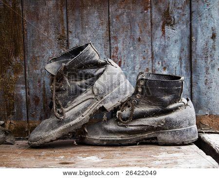 Grunge Stiefel auf Holz Hintergrund