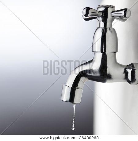 grifo metal con gota de agua