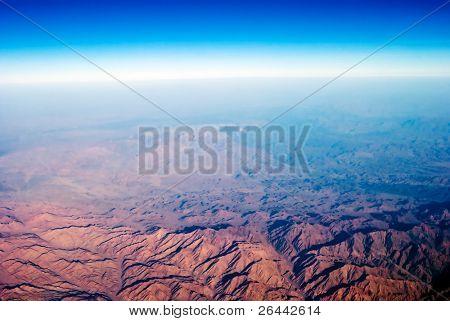 Blick auf die Berge von Flugzeug. lebendige Farben