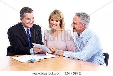 Pareja Senior con asesor financiero. Aislado sobre fondo blanco.