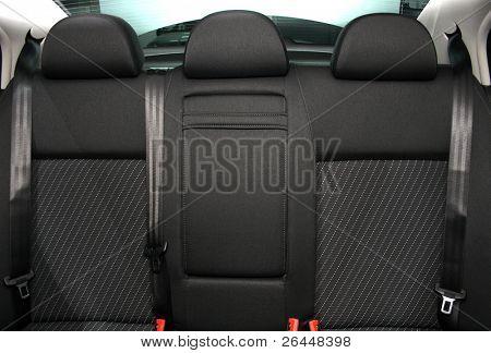 Assentos de passageiro traseiro em um carro moderno
