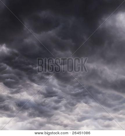 Cielo tormentoso oscuro con reflejos plata de luz del sol