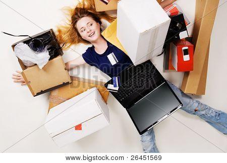 Junges Mädchen umgeben von ihr gelieferten online-Bestellungen