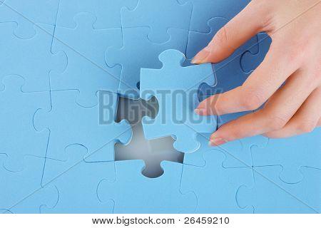 Mão, coletando uma parte de um quebra-cabeça