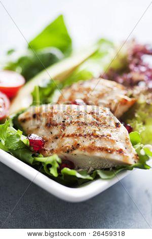Closeup eine gesunde Hähnchen-Salat mit grünen und Pomme granate Samen und avocado