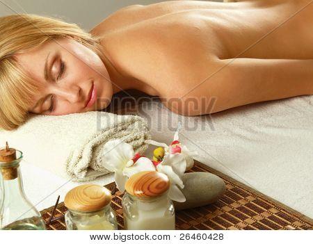 Bela jovem recebendo massagem spa