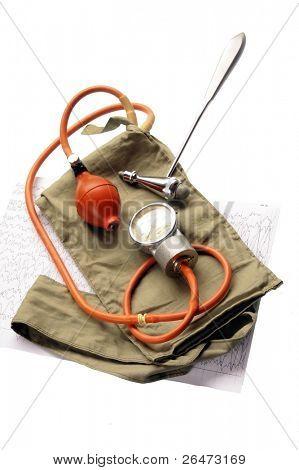 Velho esfigmomanômetro e martelo médico isolado no fundo branco