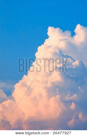 Nube blanca resaltan cadencioso sol