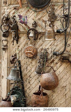Mercado de antigüedades en la plaza principal de San Quirico di Orcia, Tuscany