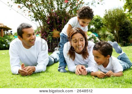 Familie lächelnd