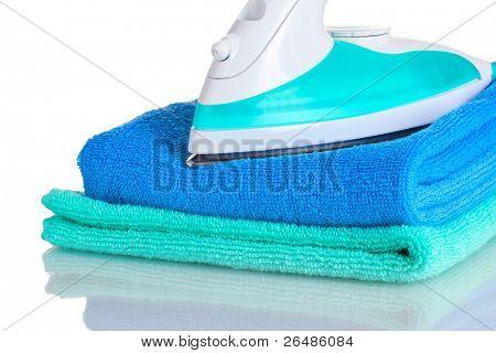 zwei Handtücher und Eisen, isoliert auf weiss