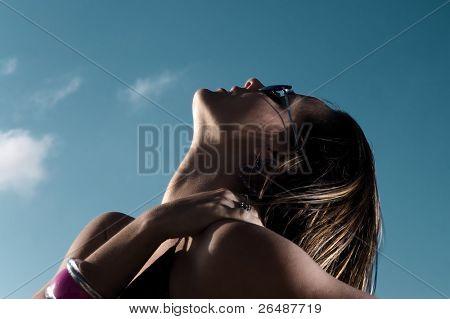 Fotomodell gegen blauen Himmel