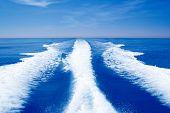 Постер, плакат: Лодка звонок prop мыть на синий океан море в Солнечный день
