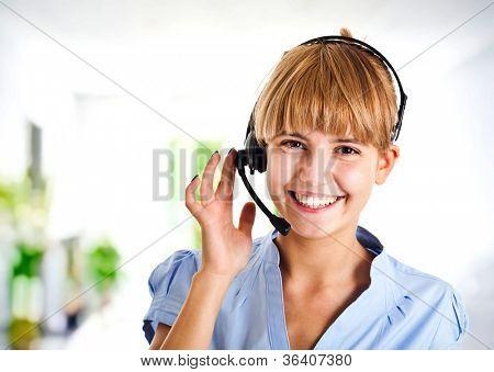 Porträt einer schönen Kundenbetreuer bei der Arbeit