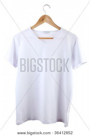 weißes T-shirt auf Kleiderbügel, isolated on white