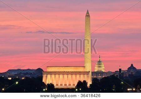 Washington DC uitzicht op de stad bij een roodachtig zonsopgang, met inbegrip van Lincoln Memorial, Monument en Capitol bouwen