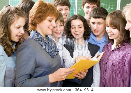 Teacher and a group of students to read textbooks in the classroom