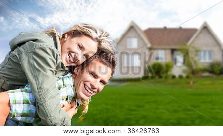 Família feliz perto de casa nova. Conceito de bens imobiliários.