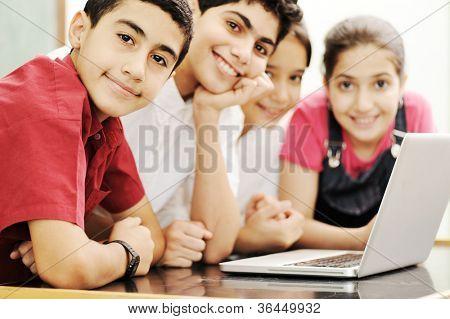 Niños felices, sonriendo y riendo en el aula