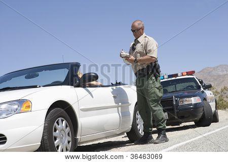 Comprimento total do oficial de tráfego escrevendo bilhetes