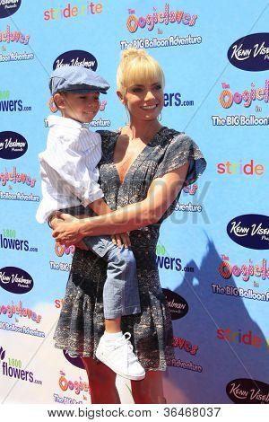LOS ANGELES - 19 de agosto: Jaime Pressly, filho Desi chega no