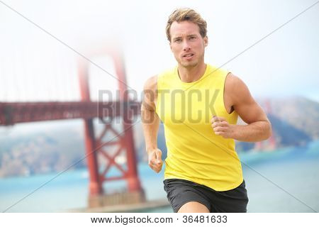 Marcha en San Francisco. Corredor de atleta resolviendo footing por el puente Golden Gate, San Francisco, U