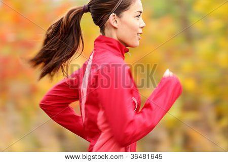 Funcionamiento en otoño. Mujer de corredor a correr por el bosque de otoño. Hermosa joven fit fitness sport modelo jogg