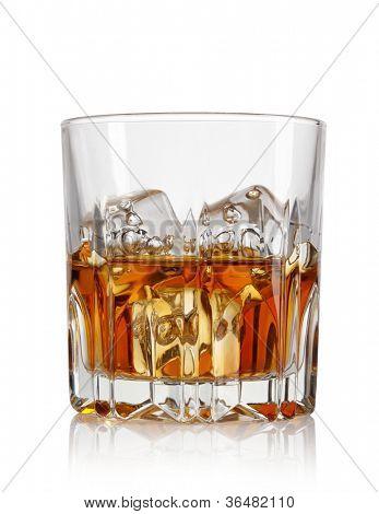 Glas Whiskey und Eis isoliert auf weißem Hintergrund