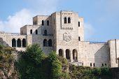 Постер, плакат: Национальный Музей Скандербега он был построен в знаменитый замок Круя на фасаде двунаправленной e