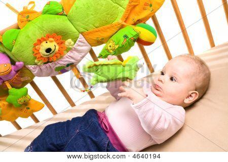 Baby Palying auf Bett