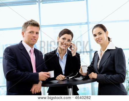 Постер, плакат: Бизнесмены имея кофе брейк, холст на подрамнике