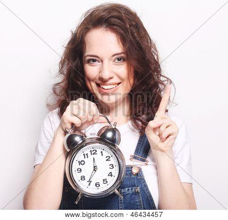 Joven mujer con despertador de la diversión