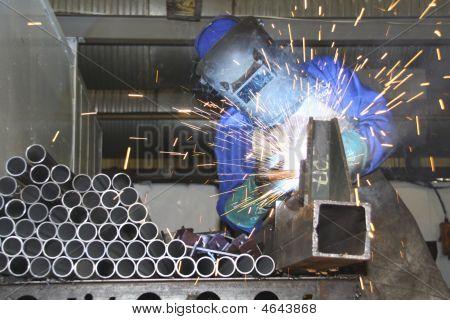 Una hoja o un pedazo de Metal de la soldadura del trabajador
