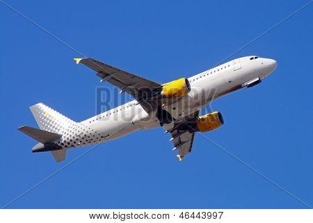 Airbus A-320 in flight.