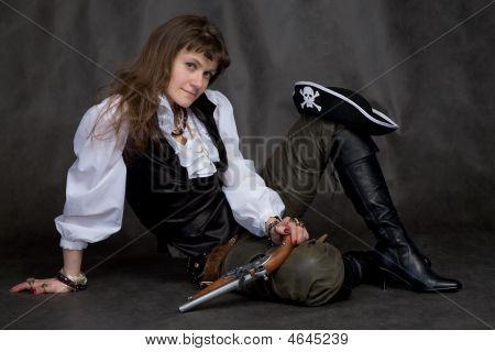 Menina com pistola e chapéu de pirata