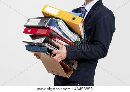Homem de negócios jovem carregando um monte de pastas