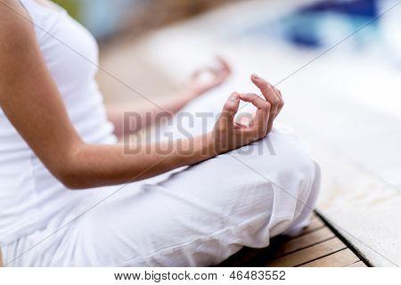 Mulher de yoga, meditando e fazendo um símbolo zen com a mão