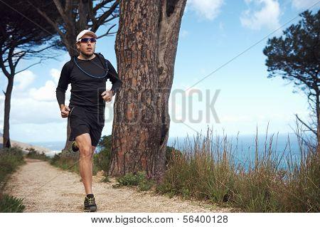sendero océano hombre haciendo rutina de fitness