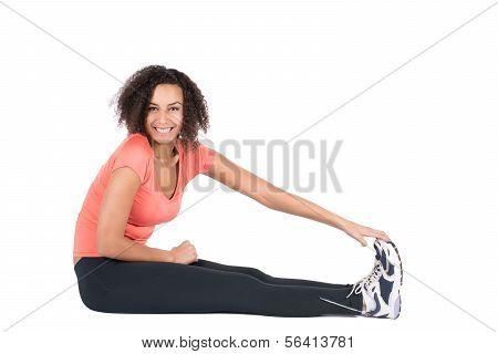 Mujer joven extiende su musculatura