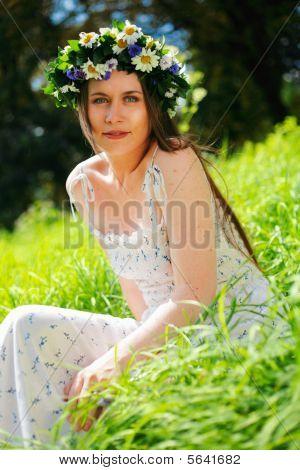 Menina com bracelete de flores