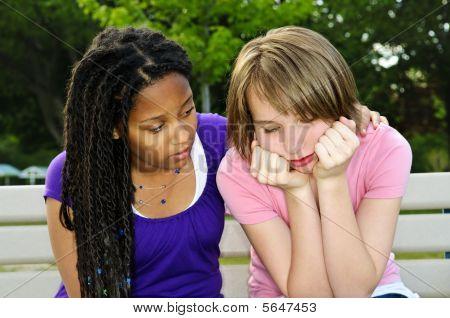 Teenager trösten ihre Freundin