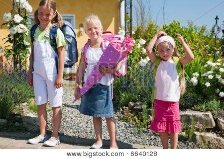 Schülerinnen und Schüler auf dem Weg zur Schule