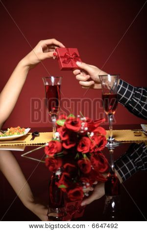 Close-Up do jovem casal no restaurante