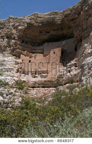 Cliff dwelling: Montezuma Castle